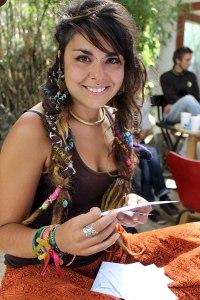 Ester sonriendo y feliz en su presente creativo