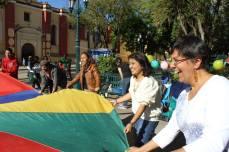 Marcela jugando con paracaídas