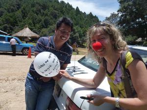 regalando globos